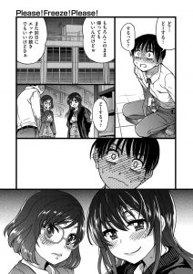 【エロ漫画】飯田橋さんをクンニでイカせてしまった眉村くん。そこへ図書室の戸締りを先に帰る先生から鍵を預かってきたヨミちゃんも現れる。みんな帰宅して3人のみになった教室。鍵も閉めれば誰にも邪魔されない。ついに眉村くんは二人に「ふたりとセックスしたい」とお願いする!!文化祭で使用したシートを冷たい机に引いて、3人は裸になってついに念願の挿入!!